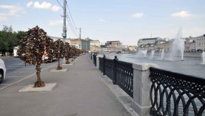 632632.-Arboles de candados en el rio Moscova